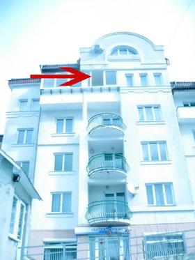 Группа захвата ворвалась через разбитое окно на пятом этаже.