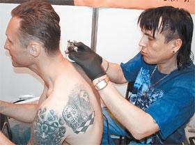 В кругах любителей тату Евгений – известный мастер.