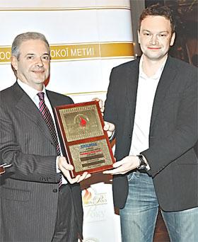 Лауреат в номинации «Журналист года в области электронных СМИ» Андрей ДАНИЛЕВИЧ и генеральный директор программы «Человек года» Аркадий РАЙЦЫН.