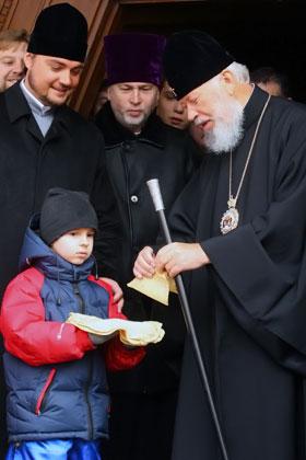 Епископ Александр (слева) неотступно сопровождает главу УПЦ митрополита Владимира (справа).