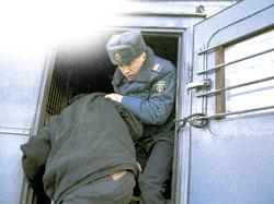 Когда-то милиция победила бандформирования, а теперь не может найти грабителя банков с игрушечной «пушкой».