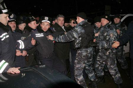 Милиции пришлось сдерживать сторонников БЮТ возле городской типографии.