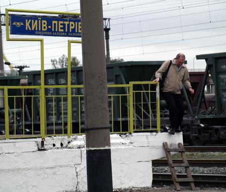 Один из выходов со станции «Киев-Петровка» едва ли назовешь современным...