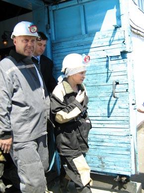 Каска и роба не от Луи Виттона, но Юлии Тимошенко они к лицу.