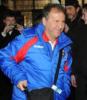 Бразильский тренер ЦСКА в Донецком аэропорту улыбался, но говорить отказывался.
