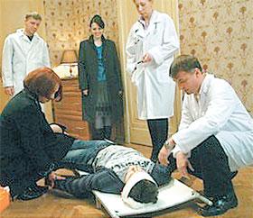 Тяжело раненного Рому из квартиры выносили вопреки обычаям вперед ногами. По-другому в квартире не развернуться!