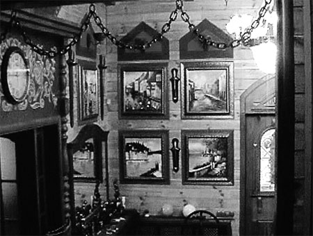 На стенах загородного дома певца более шестидесяти картин.