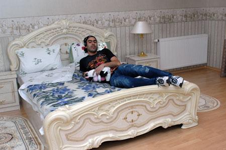 Разведенный футболист вынужден делить свою постель с коровой.