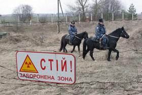 Лесные границы зоны охраняют девять конных милиционеров.