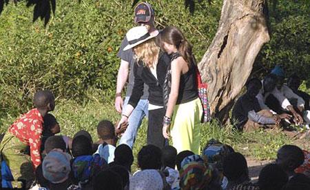 Певица уже не первый год приезжает в Малави: она перечисляет много средств на благотворительность в этой стране. Сейчас она обещает малавийцам построить здесь новую школу. Фото: АП