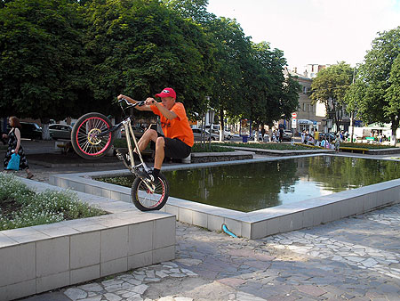 «Коронный» прыжок с фонтана на клумбу.