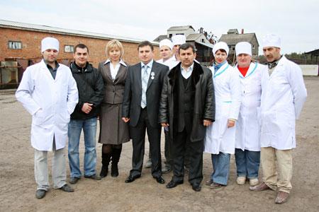 Коллектив ФХ «Добробут-2003» и партнер по бизнесу Хазар Бадалов - генеральный директор ООО «Возрождение» (четвертый слева).