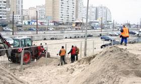 Не успели коммунальщики зарыть одну яму, как тут же нужно рыть другую.