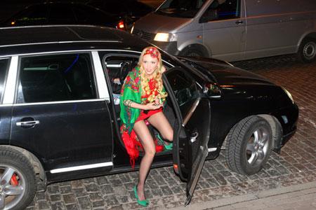 Певица Ольга Полякова явилась в платке вместо платья и в бусах, сделаных из картофеля.