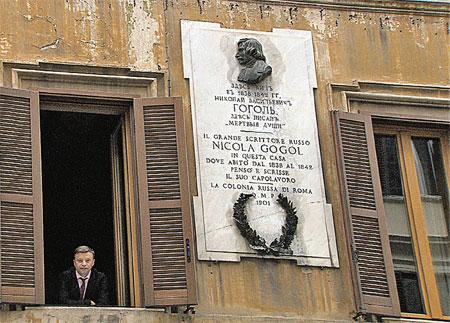Из этого окна Николай Васильевич мог видеть Мадонну, обдумывая «Мертвые души» и «Шинель».