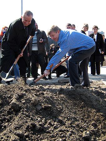 Мэр Донецка Александр Лукьянченко(слева) и Ринат Ахметов взялись за лопаты.