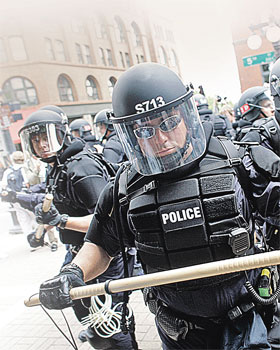 Все чаще американской полиции приходится усмирять возмущенный народ.