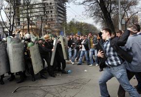 По данным медиков, в результате беспорядков пострадали 78 демонстрантов и 96 полицейских.