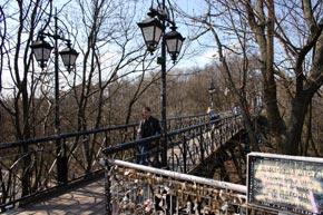 Странно, но мост с романтическим названием стал пристанищем для самоубийц.