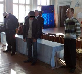 Старшеклассники старательно изображают раскаяние. Справа - учитель музыки Сергей Цыбульник.