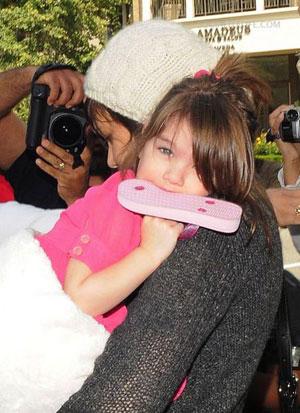 Крошке Сури в куклы бы играть, а не сайентологию изучать! Фото: Splash