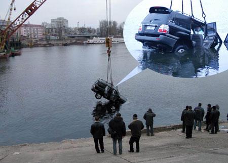 Угонщиков спасли, а машину достали через три дня.