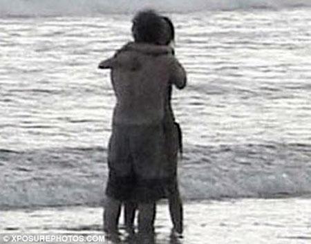 Парочка обнималась и целовалось, так что никаких сомнений о характере их отношений не оставалось. Daily Mail.