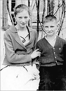 Фото 1961 года. 12-летняя школьница Алла Пугачева с младшим братом Женей.