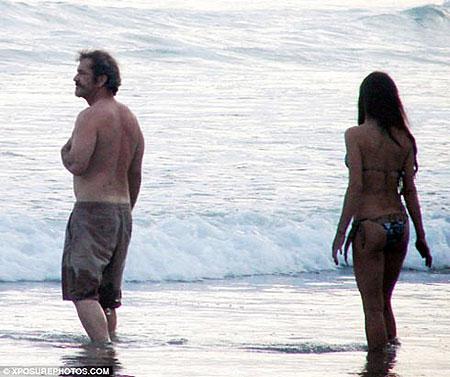 В марте 2009 года Мела сфотографировали на пляже Коста-Рики в обществе брюнетки, очень напоминающей другую Оксану - по фамилии Чернуха. Фото: Daily Mail.