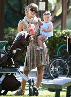 Сейчас актриса наслаждается радостями материнства и уже говорит, что не прочь завести второго малыша. Фото: WENN