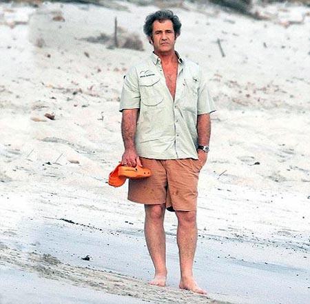 Накануне фотографы сняли Мела прогуливающимся по пляжу неподалеку от его дома в Коста-Рике. Видимо, актер поспешил укрыться здесь от бракоразводного скандала. Фото: Splash
