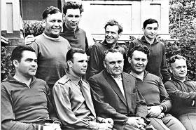 Сочи, май 1961 года. Отряд космонавтов с академиком Королевым. Нелюбов (второй слева в верхнем ряду) в обнимку с Павлом Поповичем.