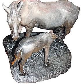 Дореволюционные экземпляры каслинского литья (справа) могут доходить в цене до 20 тысяч долларов.