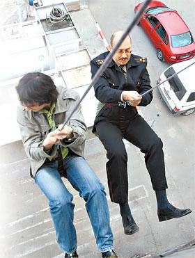 Корреспондент «КП» под присмотром полковника спустился с 15-метровой вышки.