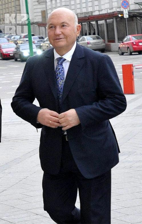 Из числа высоких гостей поздравить Аллу Борисовну с шестидесятилетием пожаловали мэр Москвы Юрий Лужков...