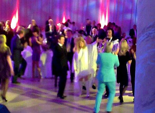 Алла вместе с гостями (в бирюзовом костюме - Басков, справа от Примадонны - Киркоров) плясала до часу ночи. Ну и кто ей после этого даст 60? Фото с мобильного телефона.