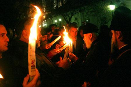 Благодатный огонь горел крестом в руках митрополита Владимира.