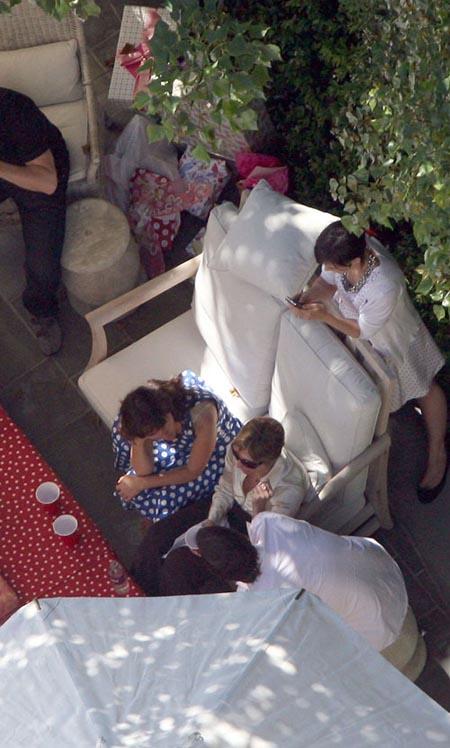 Пока Том Круз развлекает дам беседами, Кэти Холмс строчит sms-ки. А чем же заняли Сури? Фото: celebrity-gossip.net