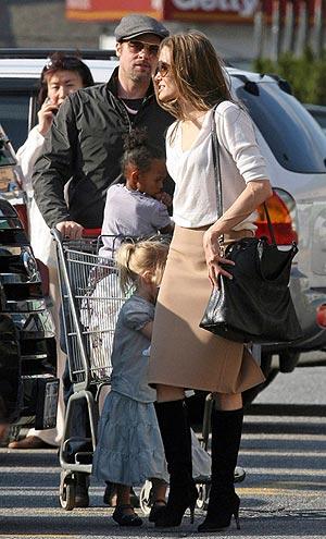 Четырехлетняя Захара предпочла ехать на тележке, а двухлетняя Шайло – держать маму за ручку. Фото: INF Daily