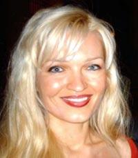 Оксана Колесникова. 31 год. Блондинка. С 1993 года живет в Америке, где как пианистка записала 7 альбомов.