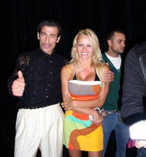 На голливудской вечеринке с кинозвездой Памелой Андерсон.