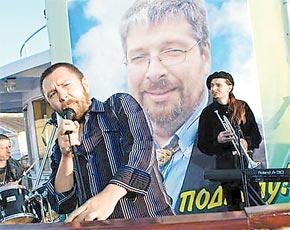 Музыкант Сергей Шнуров сыграл самого себя.