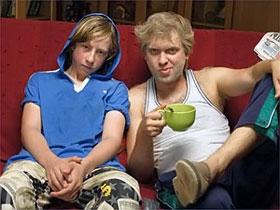 Сергей Юрьевич Беляков (справа) учит телевизор и своего экранного сына уму-разуму.
