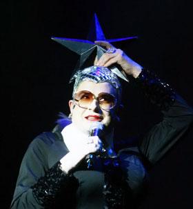 На сцене с Сердючкой случился конфуз: она чуть не потеряла свою звезду
