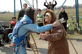 Cразу после прыжка рекордсмен бросился обнимать жену.