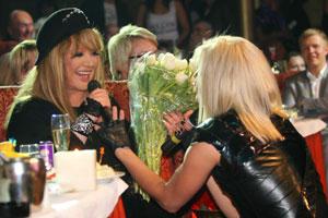 Победительница радиоконкурса «Алла ищет таланты» Наталья Валевская поклонилась Пугачевой до земли.