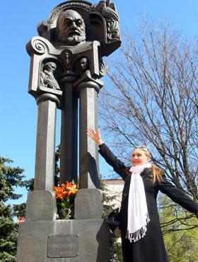 - Это памятник Параджанову, а мы с Иваном у подножия - как символы его творческого мира.