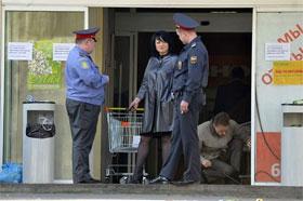 Милиционеры опрашивают директора магазина. Фото Олега РУКАВИЦЫНА.