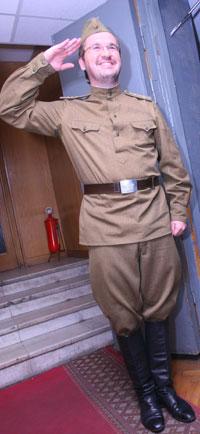 Пономарев примерил форму и спел «Смуглянку».