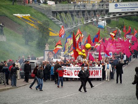Колонну прогрессивных социалистов объял дым от шашек анархистов.